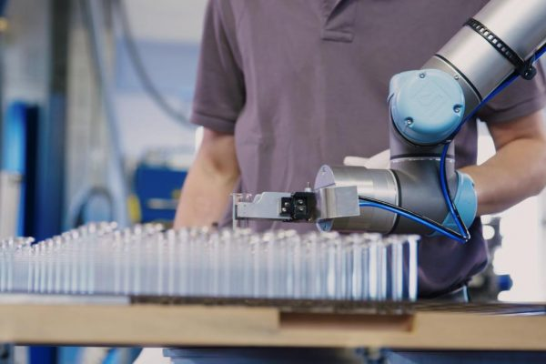 pick-and-place-application-at-hofmann-glastechnik-cobots